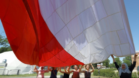 Wielka biało-czerwona patchworkowa flaga dziś znów nad Gdańskiem